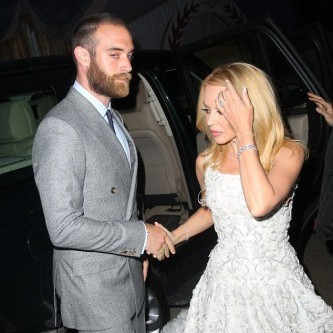 Кайлі Міноуг прийшла на королівську вечірку із молодим нареченим