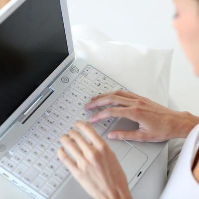 Вчені з'ясували, що робота за ноутбуком ночами сприяє ожирінню