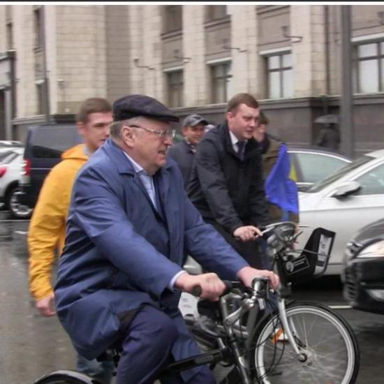 Росія в шоці: Жириновський приїхав до Держдуми на велосипеді (ВІДЕО)