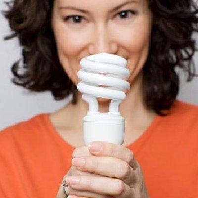 Піймалася на гарячому: працівниця «Київенерго» цупила лампочки в під'їздах