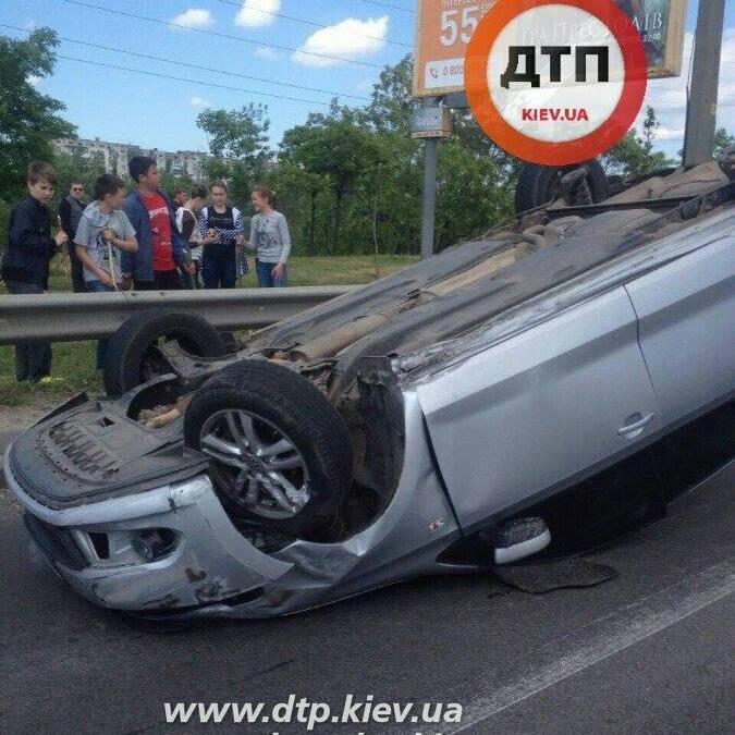 У Києві перекинулася автівка
