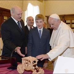 Лукашенко прийшов до Папи Римського з сином (фото)