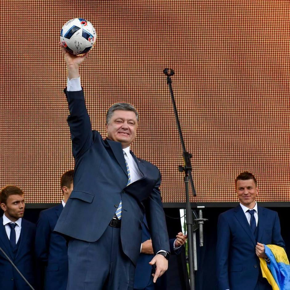 «Гімн України може зазвучати в Донецьку», - Президент провів збірну на Євро-2016 (фото)