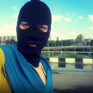 Смілива луганчанка зробила селфі з українським прапором в окупованому Луганську (ФОТО)