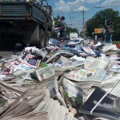 У Києві на Дорогожичах перехрестя завалило газетами (ФОТО)