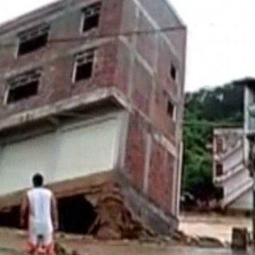 У Китаї повінь змила триповерховий будинок (відео)