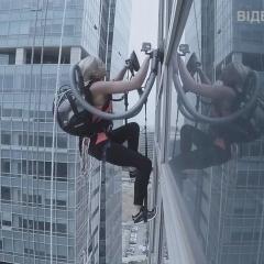 Два пилососа і сила духу:  альпіністка вправно піднялась на 33 поверх хмарочосу