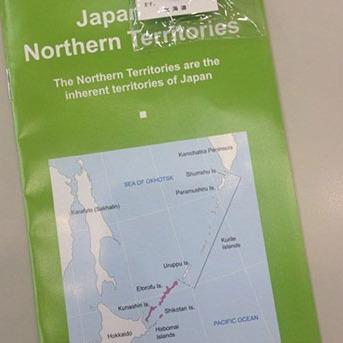 Російським журналістам роздали брошури з «японськими» Курилами на саміті G7