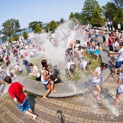 Мер Дніпра дозволив випускникам купатися у фонтанах