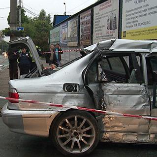 У Вінниці автівка врізалася в магазин, є загиблі