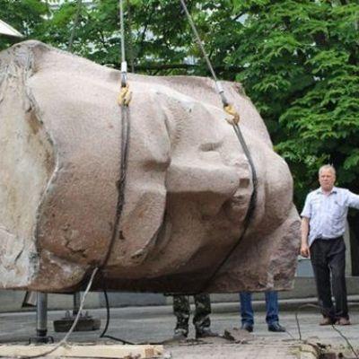 У Херсоні демонтували пам'ятник більшовикові (відео)