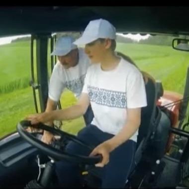 Президент Білорусі разом із сином проїхався на тракторі (відео)