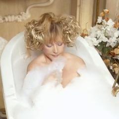 Алла Пугачова знялася оголеною у ванні для шоу Галкіна (ФОТО)