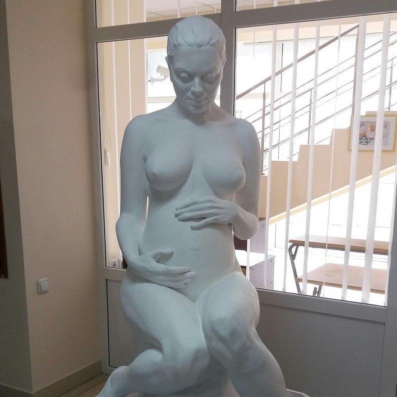 Мер Кривого Рогу відкрив скульптуру оголеної вагітної жінки (фото)