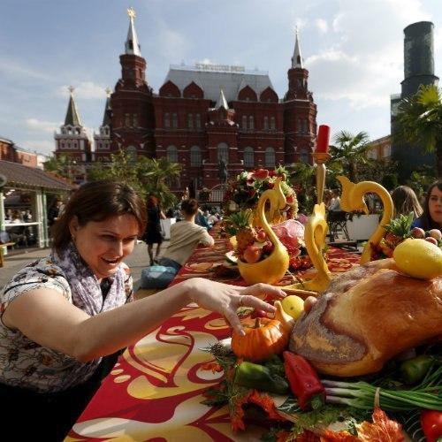 Росіян заохочуватимуть споживати вітчизняне муляжами продуктів та натуральним сіном