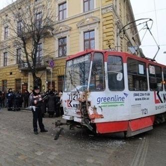 У Львові некерований трамвай мало не збив людей