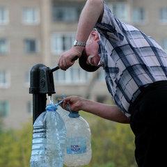 Через обстріли селище на Донбасі вже півтора місяці живе без питної води
