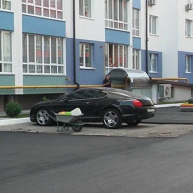 На Київщині комунальники обклали Bentley асфальтом (фото)