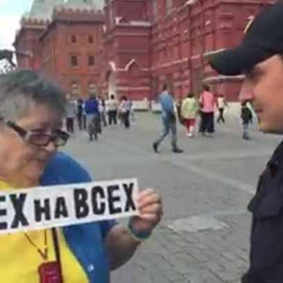 «Ви одягнені, як есесівець», - росіянка дала відсіч поліцейському (відео)