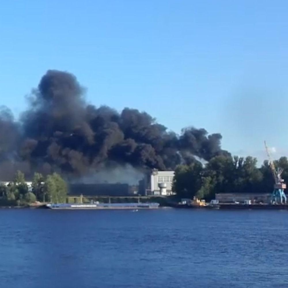 На російському заводі загорівся корабель (відео)