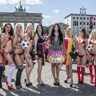 Німецькі моделі роздяглися в центрі Берліна на честь початку Євро-2016
