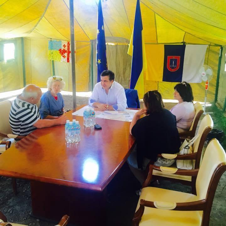 Губернатор Одещини продемонстрував роботу у кабінеті-наметі (фото)