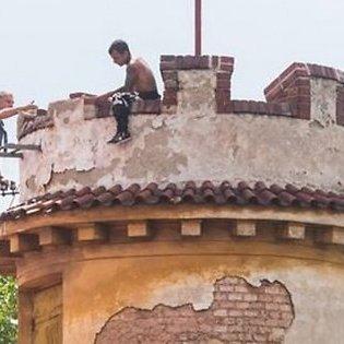 У Празі латвієць забрався на вежу, чекав дракона і кидав в перехожих цеглини (відео)