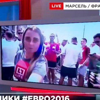 Російську журналістку англійські фанати облили пивом (відео)