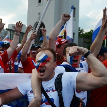 Російські фанати одягнули своїх дітей у футболки з нецензурними висловами (фото)