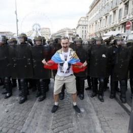 Французька поліція увірвалася до готелю з російськими футбольними фанами