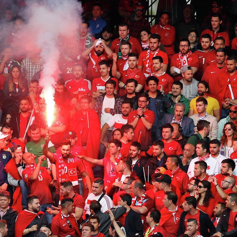 УЄФА покарав футбольні федерації Туреччини і Хорватії через фанатів