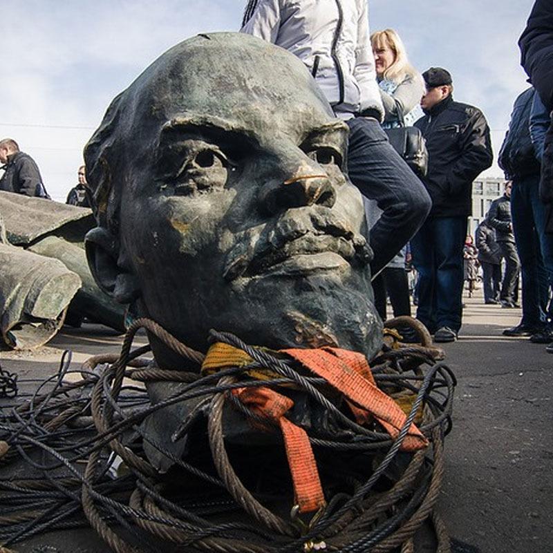 Дитину вигнали з табору через те, що батько звалив пам'ятник Леніну
