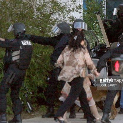 У Парижі невідомий убив поліцейського і взяв заручників