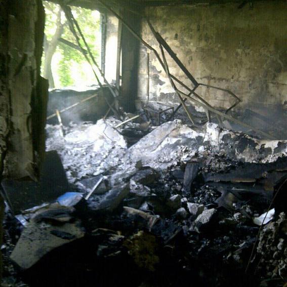 Під час обстрілу Красногорівки снаряд влучив у багатоповерхівку, є жертви (ФОТО)