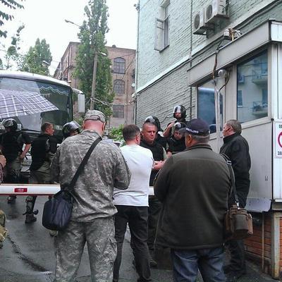 Патріоти блокують засідання партії Медведчука, на якому хочуть здійснити ребрендінг (ФОТО)