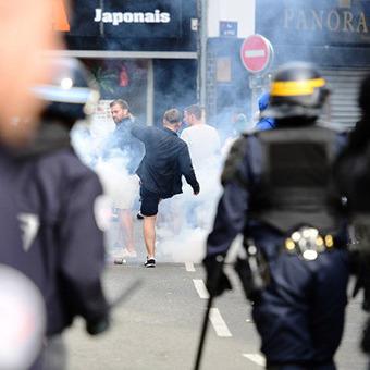 Французька поліція знову застосувала силу проти вболівальників