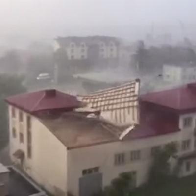 Скажений вітер у Луцьку зриває дах (відео)