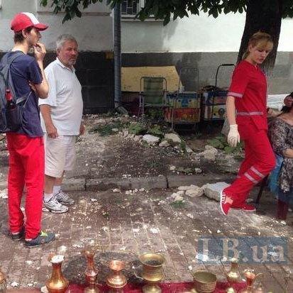 У Києві карниз впав на перехожих (відео)