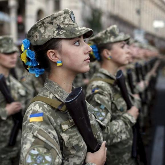 Президенту запропонували ставити жінок на військовий облік