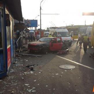 У Києві автівка влетіла в зупинку: є загиблі (ФОТО)