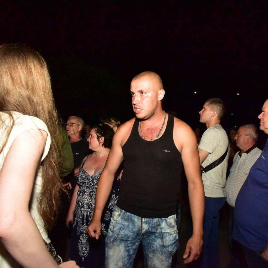 Вночі в Торецьку п'яний натовп блокував переміщення українських військових (фото)