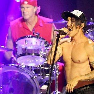 Білоруські митники змусили Red Hot Chili Peppers підписувати диски Metallica (фото)