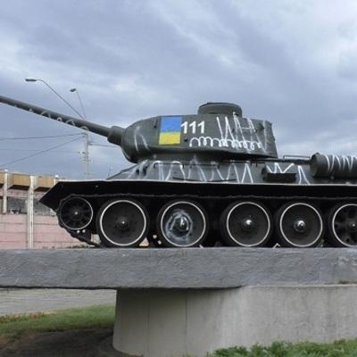 Подружжя киян у стані алкогольного сп'яніння розмалювали танк часів Другої Світової війни (відео)
