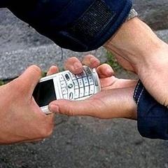 На Троєщині молодик, погрожуючи зброєю, забрав у підлітка мобільний телефон
