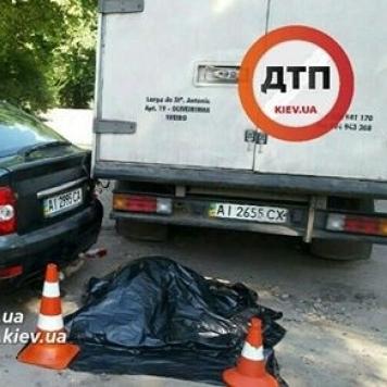 У Києві водія вантажівки розчавив власний автомобіль