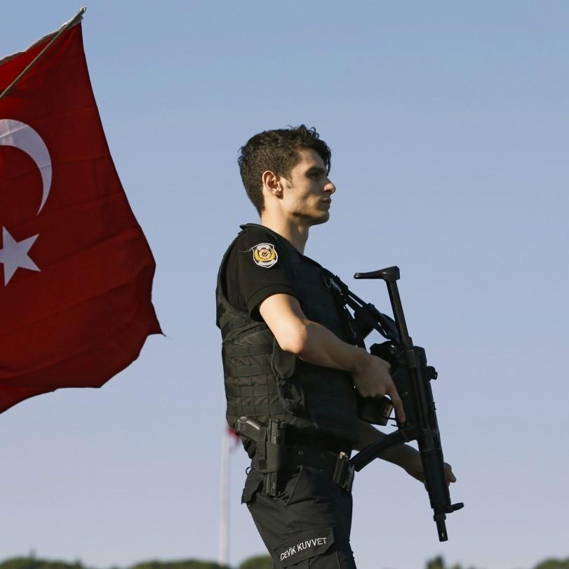 Турецькі військові, які втекли на вертольоті в Грецію, доставлені в комісію з надання притулку