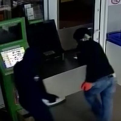 У Чернівецькій області грабіжники за кілька хвилин винесли з магазину сейфи з прикрасами і грошима (відео)