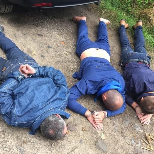 На Рівненщині псевдоправоохоронці грабували копачів бурштину