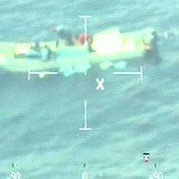 Контрабандисти скинули 800 кг кокаїну в океан (відео)