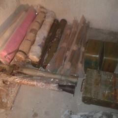У передмісті Дніпра у покинутій господарській будівлі виявлено схованку з великим арсеналом зброї (фото, відео)